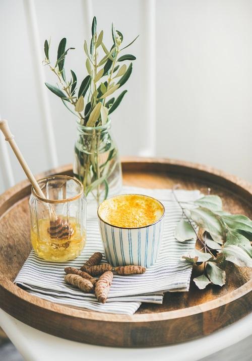 warme milch mit honig als nat rliches hausmittel akupressurmatte abc. Black Bedroom Furniture Sets. Home Design Ideas