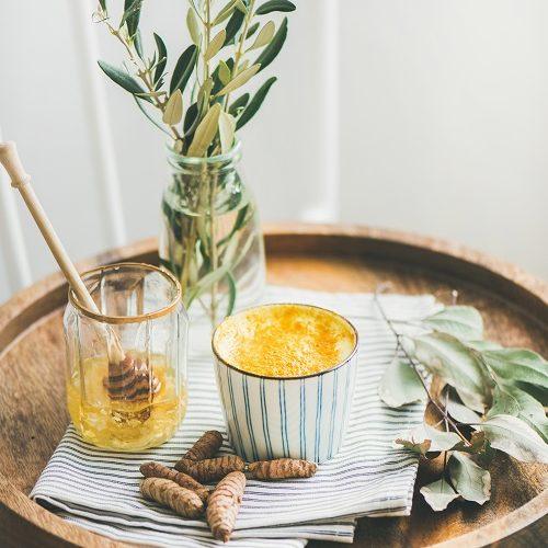 natürliches Hausmittel - Warme Milch mit Honig